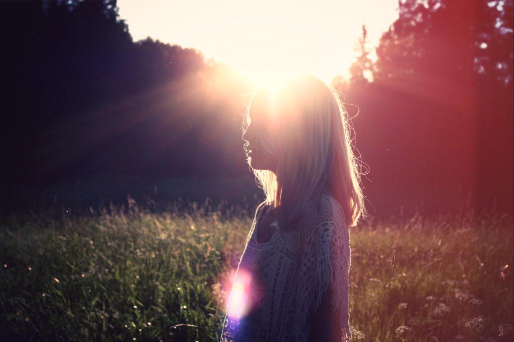 2015-07-life-of-pix-free-stock-photos-woman-sun-field-juliacaesar